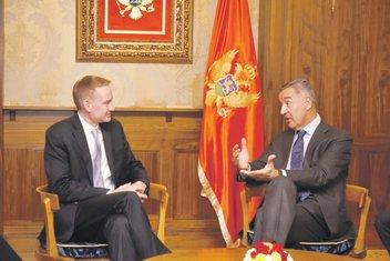 Majkl Karpenter, Milo Đukanović (Novine)
