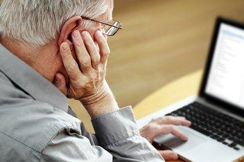Internet, kompjuter, stariji čovjek