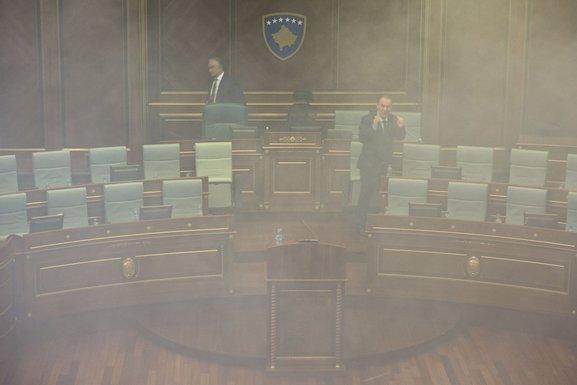 Skupština Kosovo suzavac