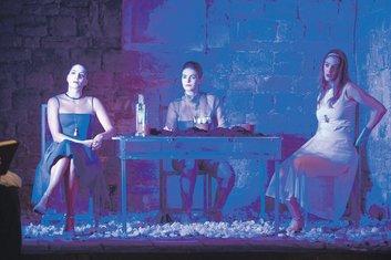 Tri sestre, Grad teatar