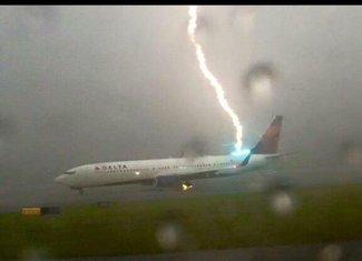 udar gorma u avion