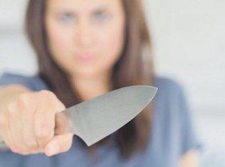 Žena, nož (Novine)