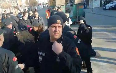 Policija odvodi trudnicu