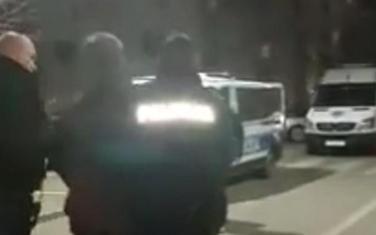 Policija sinoć odvodi jednog od protestanata