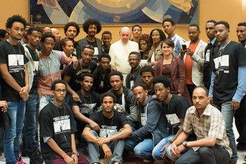 Papa Franjo sa onima koji su preživjeli brodolom