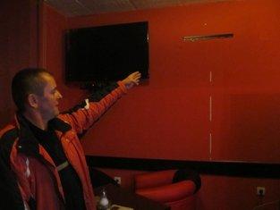 Čoković pokazuje mjesto odakle je skinut plazma TV