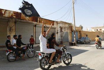 Slavlje sljedbenika ISIL-a nakon zauzimanja vojne baze u Raki