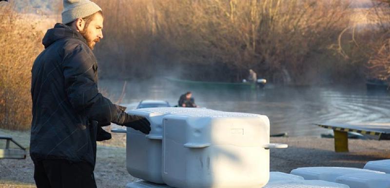 Bojan Zeković postavlja platforme za pelikane