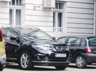 Automobil Miljana Mugoše na parkingu Opštine