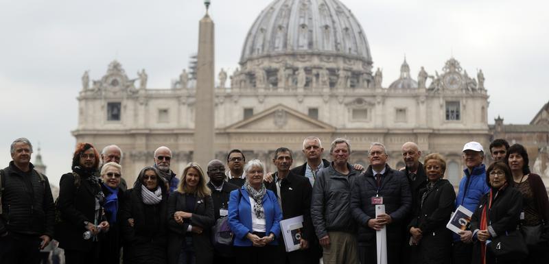 Članovi organizacije ECA (Ending of Clergy Abuse) sa žrtvama zlostavljanja