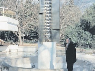 Stevan Luketić, vajar iz Budve pored skulpture koje više nema