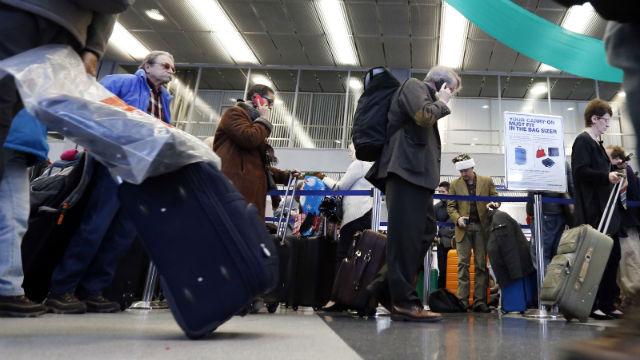 turisti na aerodromu