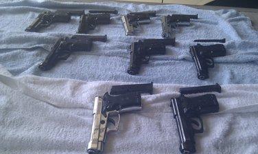 Zaplijenjeni pištolji, Sukobin