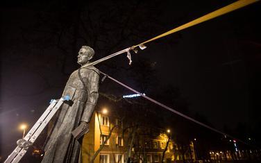 Detalj tokom rušenja spomenika Henriku Jankovskom