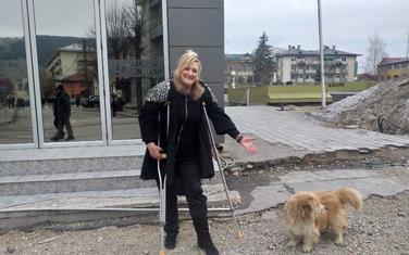 Zbog zdravstvenih problema, u stanu drži samo jednog psa