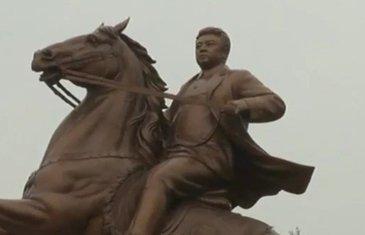 Kim Džong Il, statua