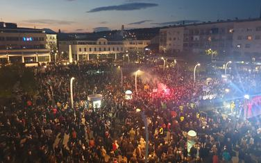 Građani na Trgu nezavisnosti pred početak protesta