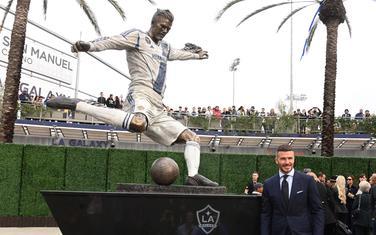 Statua i Bekam ispred stadiona Galaksija