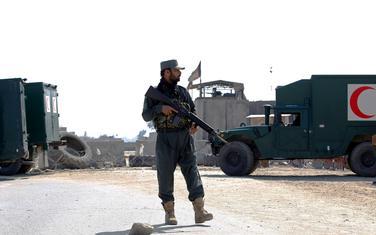 Avganistanski policajac u blizinni mjesta napada