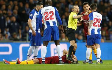 Džeko na travi nakon duela sa Pepeom