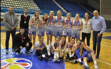 Košarkašice i stručni štab Budućnosti sa pobjedničkim peharom (Foto: Milan Šapurić)