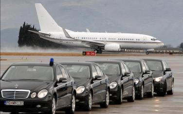 Službena vozila na aerodromu u Golubovcima