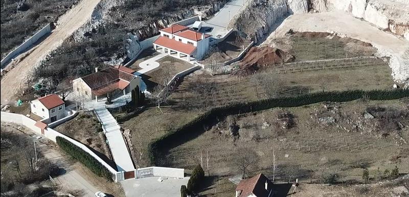 Dvije kuće nisu prijavljene, a treća se u zvaničnim registrima vodi kao ruševina: Imanje Đukanovića u Kočanima
