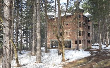 Napušteni objekat na brdu Jasikovac u kojem je djevojčica zlostavljana
