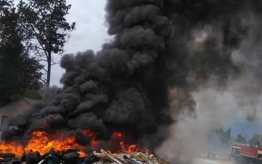 Požar na nelegalnoj deponiji u Tivtu