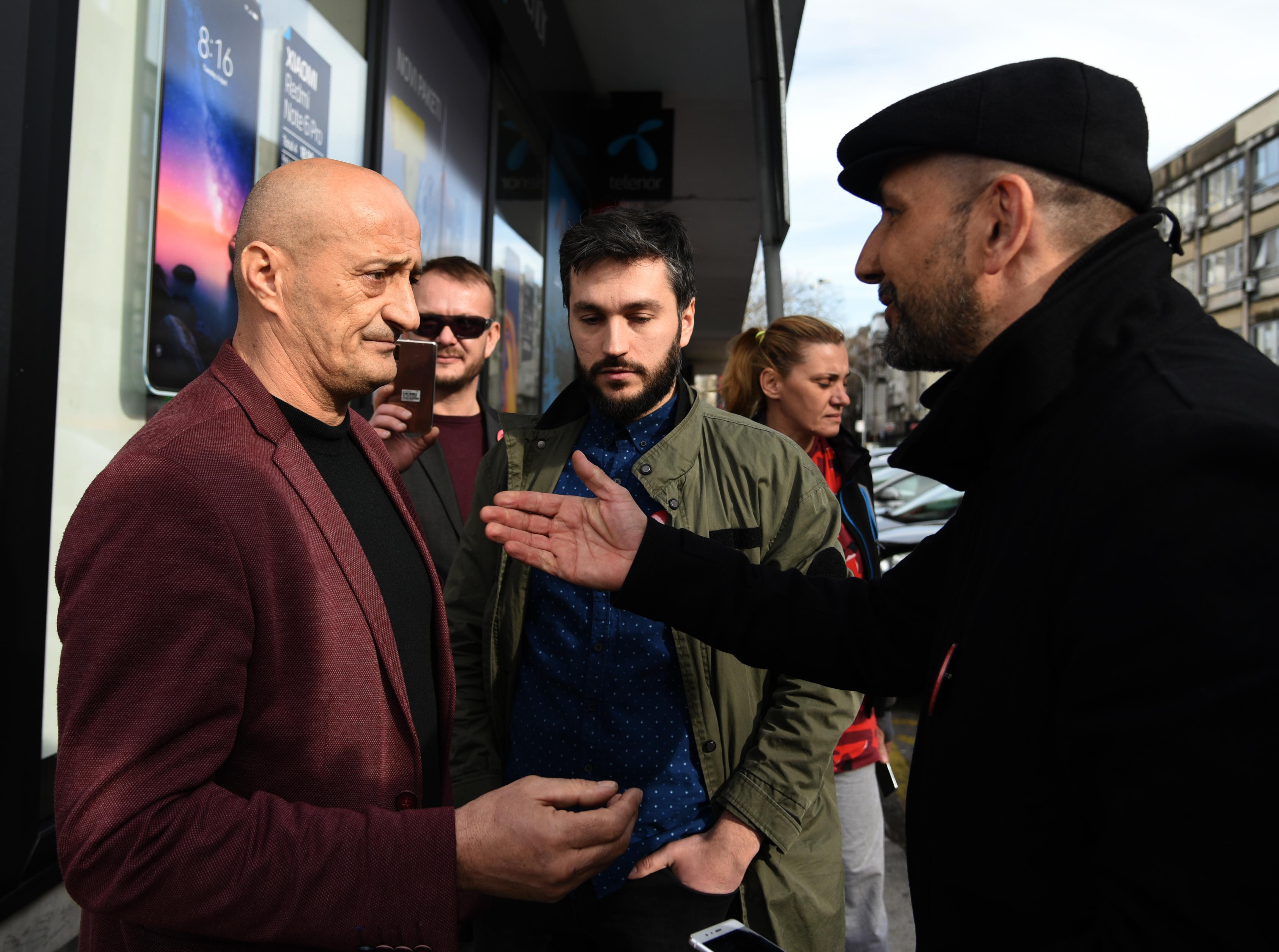 Morao je da pokaže legitimaciju: Popović