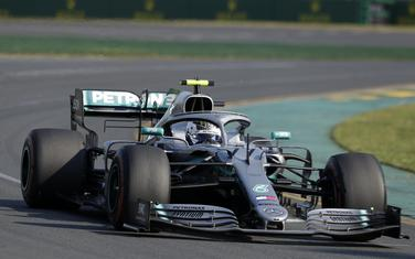 Mercedes driver Valtteri Bottas of Finland goes through turn 2 as he leads during the Australian Formula 1 Grand Prix in Melbourne, Australia, Sunday, March 17, 2019. (AP Photo/Rick Rycroft)