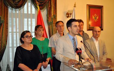Dragica Perović i Vladimir Jokić sa saradnicima
