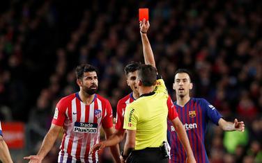 Hil Mancano dodjeljuje crveni karton Dijegu Kosti
