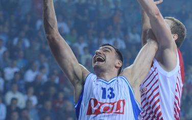Čedomir Vitkovac polaže pored Jake Blažiča na utakmici Budućnost - Crvena zvezda 2013. godine