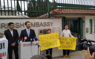 Milačić danas ispred ambasade Velike Britanije