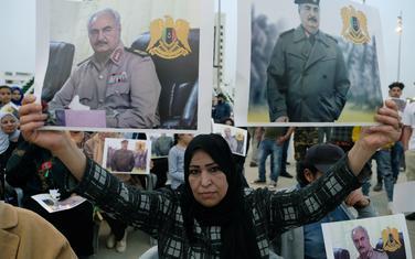 Libijka sa Haftarovom fotografijom na protestima u znak podrške LNA