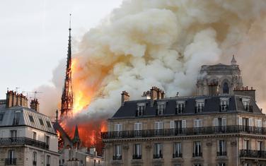 Toranj Notr Dama u plamenu
