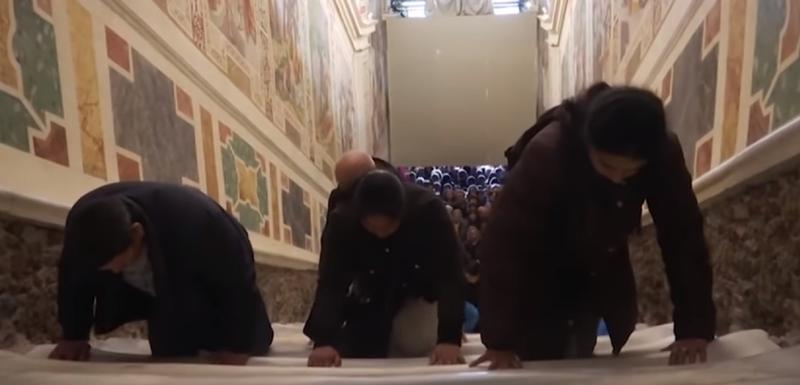 Vjernici se na koljenima i šakama penju uz stepenište