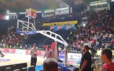 """Detalj iz dvorane """"Aleksandar Nikolić"""" kada muškarac """"dodaje"""" loptu Kolu"""