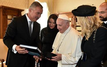 Đukanović papi poklonio monografiju o Crnoj Gori i crnogorsku kapu