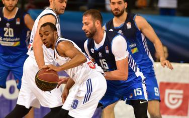 Vladimir Dašić u duelu sa Lesterom Medfordom na današnjoj utakmici