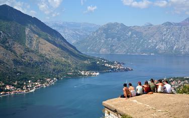 Pogled na Kotor: Ilustracija