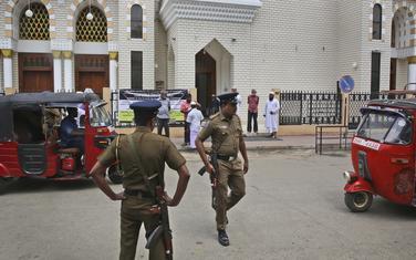 Pripadnici policije Šri Lanke čuvaju džamiju u Kolombu: Ilustracija