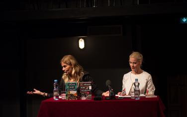 Mirjana Bobić Mojsilović i moderatorka Vanja Gavrovski tokom književne večeri u Centru za kulturu Tivat