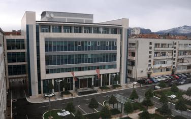 Zakonom predviđeno da se javno okupljanje mora održati na udaljenost od 10 metara od štićenog objekta: Zgrade Vlade