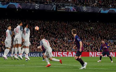 Leo Mesi postiže gol iz slobodnog udarca