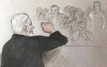 Crtež sa suđenja u londonskom sudu: Asanž pozdravlja pristalice