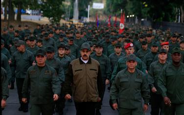 Maduro okružen vojnicima
