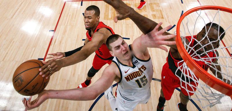 Nikola Jokić u duelu sa košarkašima Portlanda