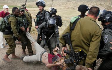 Privođenje stranog aktiviste tokom protesta protiv uništavanja palestinskih kuća na Zapadnoj obali